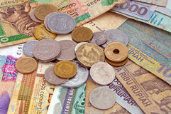 不同的硬币和笔记 库存照片