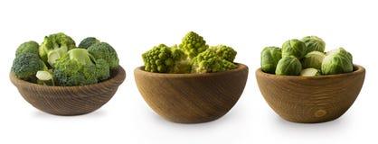 不同的种类在一个木碗的圆白菜 硬花甘蓝,抱子甘蓝,在白色背景隔绝的罗马花椰菜 免版税库存照片