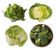 不同的种类在一个木碗的圆白菜 硬花甘蓝,抱子甘蓝,罗马花椰菜,在白色backgr隔绝的嫩卷心菜 库存照片