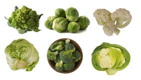 不同的种类在一个木碗的圆白菜 硬花甘蓝,抱子甘蓝,罗马花椰菜,在白色backgr隔绝的嫩卷心菜 免版税图库摄影