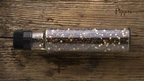 不同的种类在一个玻璃瓶子的胡椒在木背景 香料 背景许多饺子的食物非常肉 库存照片