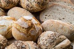 不同的种类在木桌上的新鲜面包 免版税图库摄影
