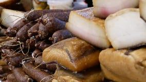 不同的种类熏制的香肠、蒜味咸腊肠和烟肉待售 股票视频