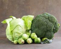 不同的种类圆白菜-硬花甘蓝、抱子甘蓝和白色 免版税库存照片