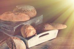 不同的种类在木桌上的面包 库存照片