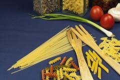 不同的种类在桌上的面团,与菜一起 库存照片