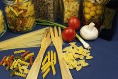 不同的种类在桌上的面团,与菜一起 免版税库存图片