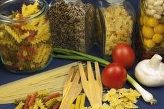 不同的种类在桌上的面团,与菜一起 图库摄影