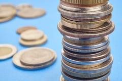 不同的种类在蓝色背景的硬币 宏观细节 库存图片