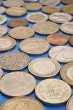 不同的种类在蓝色背景的硬币 宏观细节 免版税库存照片