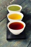 不同的种类在陶瓷碗的茶 图库摄影