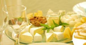 不同的种类在玻璃背景的乳酪 影视素材