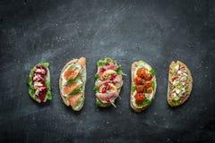 不同的种类在黑色的五颜六色的三明治 免版税库存照片