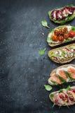 不同的种类在黑色的五颜六色的三明治 库存图片