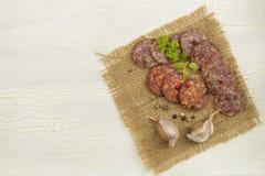 不同的种类在破裂的被遮蔽的背景的辣蒜味咸腊肠 免版税图库摄影