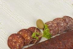 不同的种类在破裂的被遮蔽的背景的辣蒜味咸腊肠 免版税库存图片