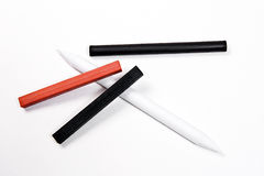 不同的种类艺术工具:邮票、白垩血红色和charc 库存图片