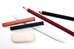 不同的种类艺术工具:铅笔,橡皮擦,邮票, s白垩  免版税库存照片