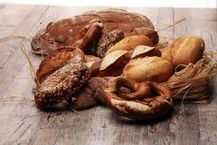 不同的种类面包和小圆面包 免版税库存照片