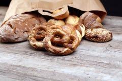 不同的种类面包和小圆面包 库存照片