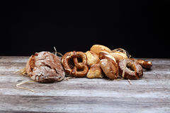 不同的种类面包和小圆面包 免版税库存图片