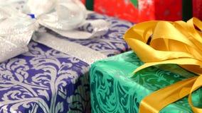 不同的箱子、礼物栓与丝带和弓 影视素材