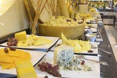 不同的类在一顿自助餐的乳酪在prestigi的早餐 免版税库存照片