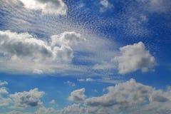 不同的类型很多白色云彩:积云,触毛,在蓝天分层了堆积高 库存图片