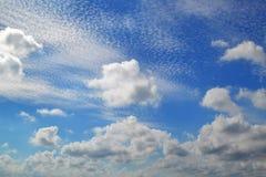 不同的类型很多白色云彩:积云,触毛,在蓝天分层了堆积高 免版税库存照片