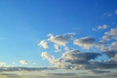 不同的类型很多白色云彩:积云,触毛,在蓝天分层了堆积高 图库摄影