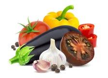 不同的组蔬菜 茄子、在白色背景和大蒜隔绝的蕃茄、胡椒 免版税库存照片