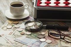 不同的老收藏家` s硬币和钞票 库存图片