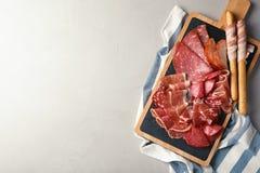 不同的肉纤巧在灰色桌,顶视图上服务 库存图片