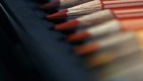 不同的色的铅笔线在箱子的 闪耀 影视素材