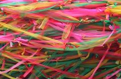不同的色的织品丝带小条装饰一棵bodhi树 免版税库存图片