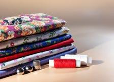 不同的色的织品:棉花,白棉布,彩色印花布 库存图片