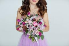 不同的花典雅的典雅的花束在紫色颜色的,领带 免版税图库摄影