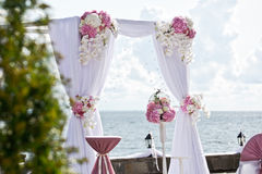 不同的花婚礼曲拱  免版税库存照片