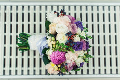 不同的花新娘花束包裹了在一个白色栅格的鞋带丝带 库存照片