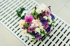不同的花新娘花束包裹了在一个白色栅格的鞋带丝带 免版税库存图片