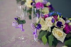 不同的花的安排在桌上 免版税库存照片