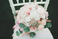 不同的花美妙的豪华婚礼花束  免版税库存图片