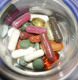 不同的药片品种在容器的 免版税图库摄影