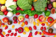 不同的蔬菜和水果在一张木背景顶视图 免版税库存图片