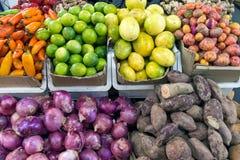 不同的蔬菜和水果待售 库存照片