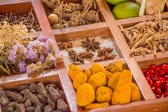 不同的调味料、种类和调味品品种在木箱 免版税库存图片