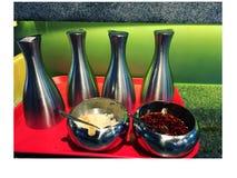 不同的调味汁和调味品照片在一张桌上在咖啡馆 库存照片