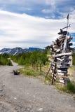 不同的距离安排竖立路标对木 库存照片