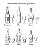 不同的酒精瓶和玻璃 向量例证