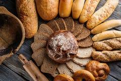 不同的面包和面包切片,酥皮点心组合,与五谷的黑麦面包,食物背景 免版税库存照片